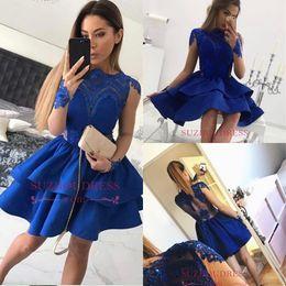 Потрясающие домохозяйственные платья 2018 Bateau Sheer с длинными рукавами Королевские голубые короткие выпускные платья без спинки Смотреть сквозь сексуальное коктейльное выпускное платье на Распродаже