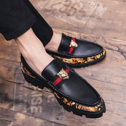 1Nuova scarpe di marca del progettista di lusso degli uomini di moda casual Plus Size Uomini Scarpe Formali pelle Business Office Italia scarpe da sera Mocassini in Offerta