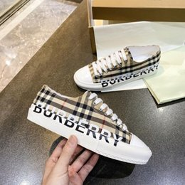 Burberry shoes Brand New Triple S scarpe da tennis Uomini Burberry Donne scarpe da corsa scarpe da ginnastica Sneakers Fashion Boots Sports scarpe da tennis della donna in Offerta
