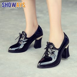 Black Blocks Canada - British Women Oxfords Black Red Patent Leather High Block Heels Pumps Pointed Toe Retro Casual Star Rivet Lace Up Ladies Brogues