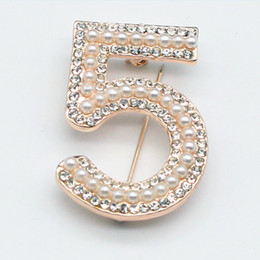 Chinese  Fashion Pearl Rhinestone Lapel Pins Number 5 Brooches Coat Suit Collar Pins Woman Wedding Party Banquet Brooch manufacturers