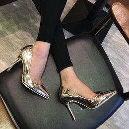 Ingrosso NUOVO ARRIVO Donne in pelle verniciata Pompe oro Sexy Tacchi alti a spillo 12cm / 10cm / 8cm Scarpe a punta Scarpe da donna Scarpe da sposa