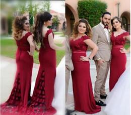 8f0053f7d Elegantes vestidos de dama de honor con hombros descubiertos de color rojo  oscuro para la boda 2019 Sirena de encaje con espalda cubierta Botones  formales ...
