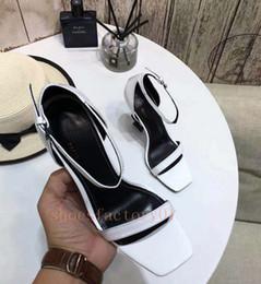 Nouveautés 2018 En Cuir Verni Thrill Talons Femmes Unique Designer Bout Toit Robe De Mariage Chaussures Sexy Noir Lettres Talon Sandales en Solde