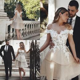 522aa6d17a Longitud de la rodilla sexy Champagne vestidos de novia cortos fuera de los  hombros Recepción neta Europea Vestidos de novia Apliques Encaje Más Tamaño  ...