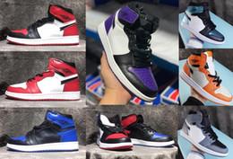 2020 zapatos de baloncesto de Chicago Nueva Travis Scotts X1 alta OG medio juego real prohibidos Bred Toe Negro Blanco Hombres Mujeres Zapatos 1s V2 Prestoste en venta