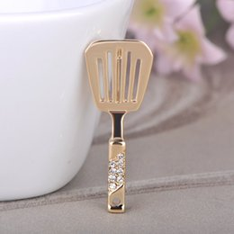 Wholesale Brooches Blucome Kitchen Spatula Shape Brooch Crystal Jewelry Women Girls Bag Buckles Mother Apron Accessories Gold Color Corsage Pins