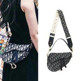 Седельная сумка ретро сотовый телефон сумки старинные вышитые Crossbody сумка для женщин D слово подкова пряжка широкий плечевой ремень браслет новый на Распродаже