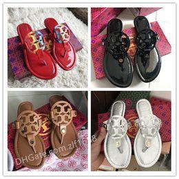 Pantoufles Tory d'été Femmes Tongs T-strap Tongs Thong Sandales Créateurs Boucle Strap Lady Diapositives Chaussures Femmes Or Argent Mujer en Solde