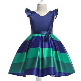c9ec60cd3b Nuevo vestido de princesa para niñas Vestido a rayas de moda europea y  americana en las mangas volantes Falda para niños con cuello en V