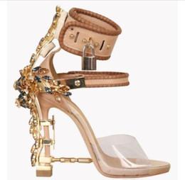 Vente en gros Été à talon haut cristal designer chaussure femmes PVC talon haut 2019 cadenas cheville sangle sandales strass