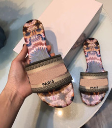 Venta al por mayor de París de lujo de desgastes para mujer del deslizador de verano sandalias de playa de diapositivas Zapatillas señoras de las chancletas de los holgazanes del bordado atractivo floral Zapatillas