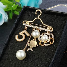 jewelry hangers UK - Wholesale Women NO5 Hanger Luxury Brooch Pearl Rhinestone Flower Designer Brooch Pin Popular Famous Jewelry High Quality