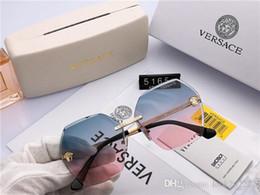 f304ce4d5c Logotipo cuadrado en las lujosas gafas de sol de diseñador de marca para  hombre. Caja