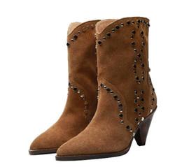 Botas de botines con remaches de gamuza de moda para mujer Tacones con punta en punta Botas de fiesta de estilo nuevo para mujeres con caja en venta