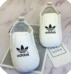 Venta al por mayor de Zapatos de bebé Zapatillas de deporte de cuero de la pu Recién nacido Bebé Niños Niñas Zapatos con rayas Patrón Infantil para niños pequeños Zapatos antideslizantes suaves