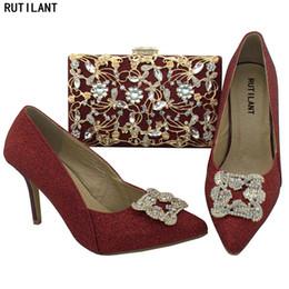 bc1f41181 Sapatos De Cor De Vinho E Conjuntos De Saco Para As Mulheres Sapatos De  Harmonização E Saco Conjunto De Calcanhares Sapatos Italianos Com Sacos De  ...