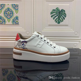 Le ultime scarpe casual a tinta unita con suola spessa e piccole scarpe bianche sono sneakers casual in pelle da donna personalizzate in Offerta