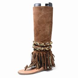 3918fefc1fb Mais novo de camurça de vaca oco out gladiador sandálias mulheres verão  botas flats joelho botas de cano alto borla franja borla sandália flip flop  sapatos