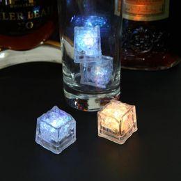 Bar à vin club glaçons LED Glowing Light Up Cubes de glace Clignotement lent Changement de couleur Coupe lumière sans interrupteur noce en Solde