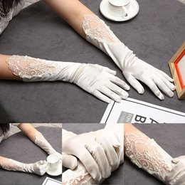 Hollow Fingers Australia - New married mittens white bride lace gloves wedding gloves hollow beaded gloves dinner sexy