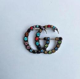 Kristal Rhinestone Mektubu Broş Pin Moda Takı Kostüm Dekorasyon Broach Kadınlar için Ünlü Tasarımcı Takım Yaka Pin Takı Aksesuar indirimde