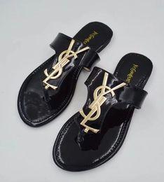 Design Femmes Hommes Sandales d'été Pantoufles Plage Mode Diapositive Scuffs Chaussons Ladies Flats Chaussures Livraison gratuite en Solde