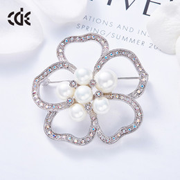 $enCountryForm.capitalKeyWord Australia - Wedding Party beaded pearl gift woman lady diamond jewelry Brooches for bride acting initiation graduation CDE-1453