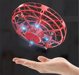 Ingrosso Con Suspension Box UFO Gesto induzione disco volante Anti-impatto Mini intelligente Aircraft luci a led dell'aeroplano giocattolo per bambini regali di Natale A112004