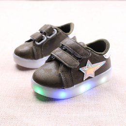 Glitter baby Girl online shopping - 2020 European cute fashion cool unisex girls boys shoes LED glitter baby sneakers colorful lighted Lovely baby casual shoes