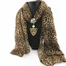Ingrosso Sciarpa di stampa leopardo 2019 Moda donna primavera e autunno chiffon avvolge stile europeo e americano in lega di animali sciarpe ciondolo LSF090