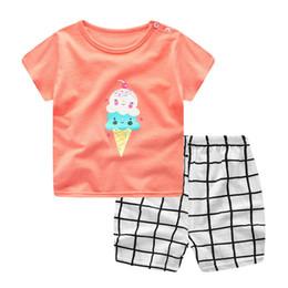 c469fa2f6ed7a 2 Pcs Conjuntos de Bebê de verão Recém-nascidos Infantis Do Bebê Das Meninas  Dos Meninos Manga Curta Dos Desenhos Animados ice-tops Camisa + Calças  Xadrez ...