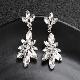 ac657f7d5232 Las mujeres más nuevas de la manera pendientes largos de la gota de plata  claro flor cristal austriaca cuelgan los pendientes de la boda joyería de  la novia ...