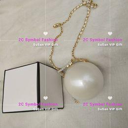 Inspried CC мода акриловая сумка с подарочной коробке классический узор Жемчужная форма женская сумка белый или черный макияж акриловая сумка Жемчужная сумка на Распродаже