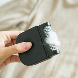 Tragbare Mini-Travel Staub Fusselrasierer Tuch trocken Reinigungsbürste Abnehmbarer Sweater Sticky Wolle Gerät Kleidung Haarbürste DH589 T03 im Angebot