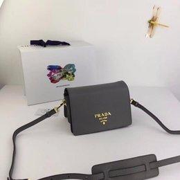 Yeni Bayanlar Çanta Metal Yazı Logosu Manyetik Toka Açılış Kapanış Üç İç Bölmeleri Bir Fermuarlı Çanta