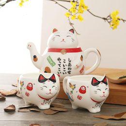 Carino giapponese Lucky Cat Porcelain Tea Set creativo Maneki Neko ceramica Tazza da tè Pot con filtro bella Pluto Cat Teiera Tazza in Offerta