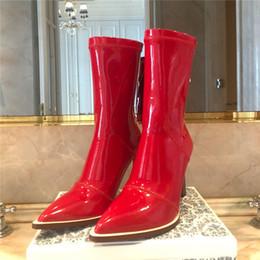 2019 mulheres designer de moda de luxo sapatos vermelhos de salto alto de fundo vermelho preto de couro branco dedos apontados Bombas vestido sapatos tamanho 35-41 B100526W venda por atacado