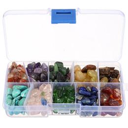 Vente en gros Ensemble de 10 sortes de chakras de pierres curatif laminé de pierres de cristal de quartz naturel minéral de forme irrégulière décoratif avec la boîte C19041101