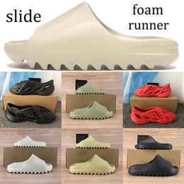 Новый релиз Kanye пена бегун сандалия обувь тройных черные белые слайд тапочки Кроссовки Всего оранжевых кости смолы пустыни песок обувь кроссовок на Распродаже