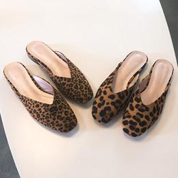 369c4adc836 Moda ocio zapatillas retro PU Leopard diapositivas del dedo del pie cerrado  zapatos cerrados del dedo del pie plano del pie