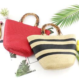 61e19e10a198 Соломенная сумка с бамбуковой ручкой Дизайнерская полосатая  полипропиленовая женская сумка Стильная женская повседневная сумка из  ротанга для пляжа Сумка с ...