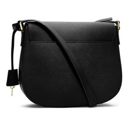 Chinese  2019 fashion casual women's handbag style lock flip clamshell zipper Messenger bag factory lowest price size 27*7*22CM manufacturers
