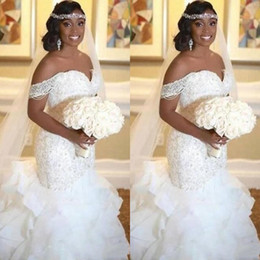 Elegante WHite African Mermaid Abiti da sposa 2019 Tiered Ruffles Off The Shoulder Perle Lace up Back Abiti da sposa BC1122