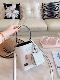 $enCountryForm.capitalKeyWord NZ - New foreign trade bucket lady bag European and American style 2019 New Genuine Leather collision color oblique Bag with one shoulder handbag