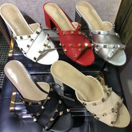 2019 chinelos de verão rebites abrir toe sandálias planas grossas com chinelos sapatos de praia das mulheres ao ar livre sapatos de moda sandálias size35-41 em Promoção