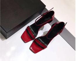 Großhandel Rot Schwarz Lackleder Gladiator Sandalen Frauen Einzigartige Metall High Heels Pumps Berühmte Marke Knöchelriemen Kleid Hochzeit Schuhe mh189603