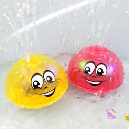 Venta al por mayor de Spray Water Funny Baby Bath Toys Juguetes eléctricos de inducción Spray de agua para niños Música ligera Rotatable Kids Swiming Pool Play Water Toys