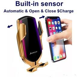 Venta al por mayor de Cargador inalámbrico nueva R1 inteligente automático de sujeción de coche para iPhone X XR XS 8 Plus Galaxy S10 S9 S8 de carga rápida salida de aire del sostenedor del montaje del teléfono
