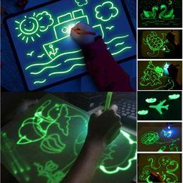 Venta al por mayor de 2019 Dibujar con la luz de la diversión y el desarrollo de Dibujo Juguete pizarra mágica Dibujar Educación Junta fluorescente inteligencia desarrollo